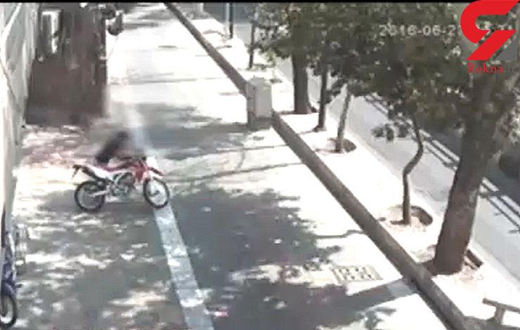 فیلم دزدیدن موتور به راحتی آب خوردن در خیابان وحدت اسلامی تهران