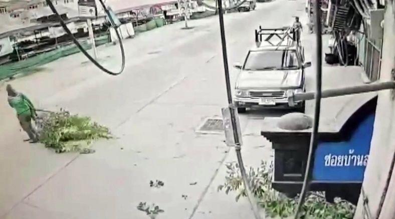 سقوط شاخه درخت روی سر یک زن در خیابان + فیلم