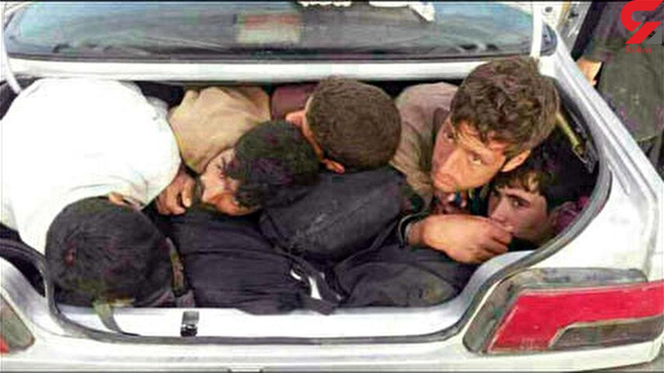 فیلم جاسازی 18 مرد در صندوق عقب پژو / راز باند قاچاقچیان انسان در مرز ایران فاش شد