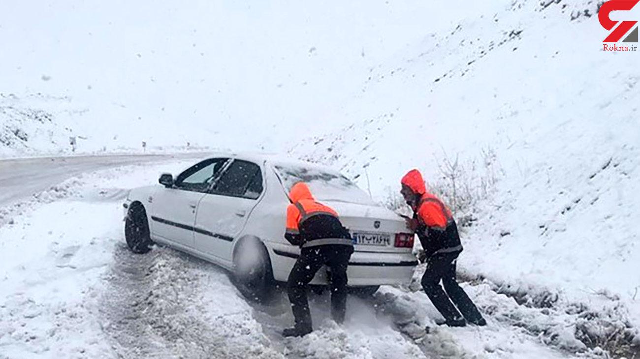عملیات ویژه برای نجات جان 391 زن و مرد در همدان / 75 خودرو در برف گرفتار شدند