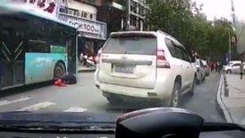 لحظه دردناک زیر گرفتن پدر و پسر توسط اتوبوس + فیلم