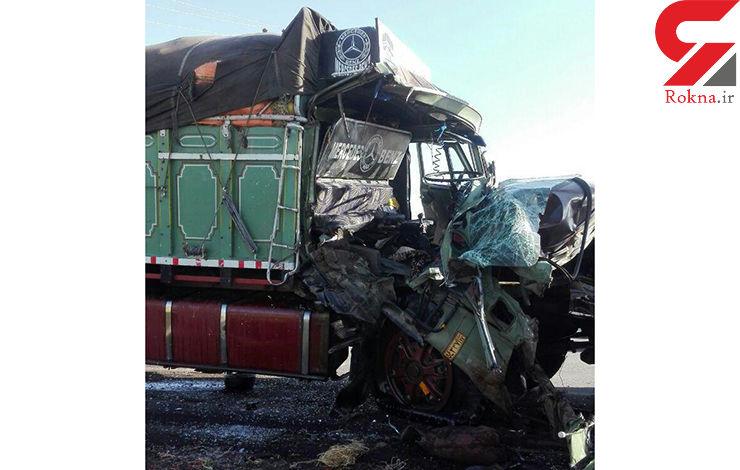 عکس کامیونی که از پشت به کامیون دیگری کوبید