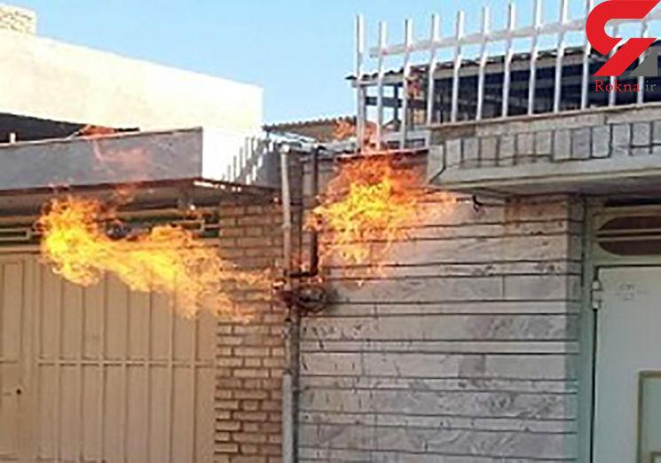 آتش سوزی خودرو در برخورد با علمک گاز در اهواز
