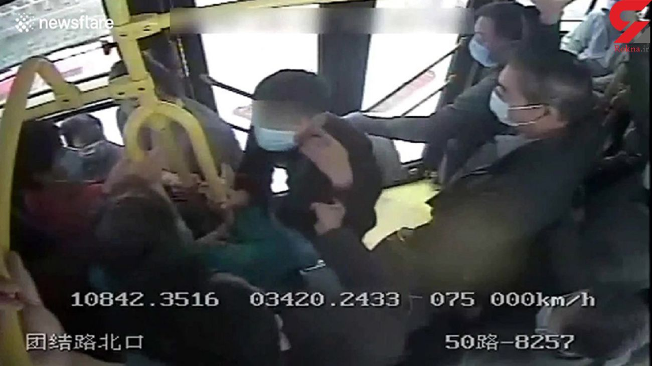 کله دزد در میان در اتوبوس گیر کرد + فیلم