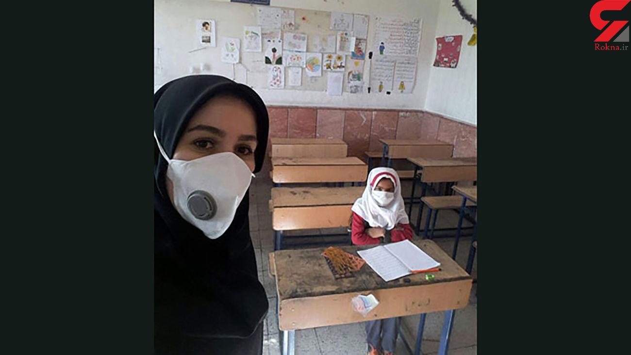 عکس خانم معلم خراسانی فقط با یک دانش آموز در مدرسه