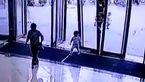 فیلم لحظهی غم انگیز سقوط مرگبار درب فروشگاه روی یک کودک