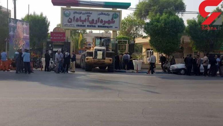 کارگران طلبکار با لودر شهرداری آبادان را بستند+عکس
