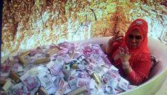 این زن شب ها در وان دلار و جواهرات می خوابد+عکس