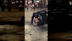 مبارزه خنده دار افسر پلیس با یک بوکسور حرفه ای در خیابان + فیلم