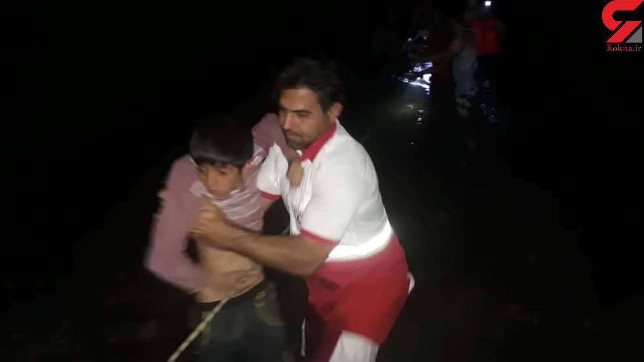 نجات دو خانواده گرفتار شده در رودخانه سیمره توسط نجاتگران هلال احمر