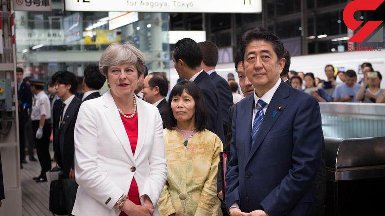 نخست وزیر ژاپن و بریتانیا منتظر قطار +عکس