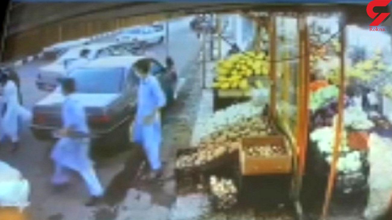 فیلمی مخوف از مردانی که با کلاشینکف در خیابان ها گروگان می گیرند / اینجا زاهدان است