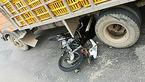 جوان موتور سوار در حادثه ای عجیب جلوی اتوبوس پرتاب شد