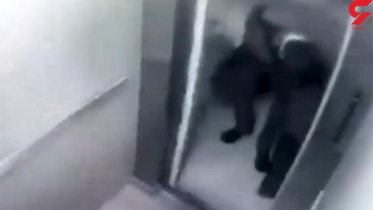 جدیدترین فیلم از انتقال جنازه بابک خرمدین توسط پدرش / موهایش را شانه می کند! + جزییات