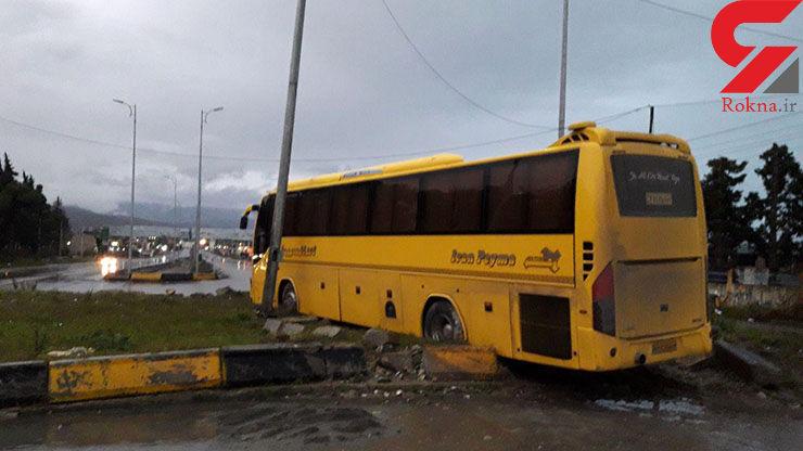 راننده اتوبوس خواب آلود در جاده کمربندی ستارخان وارد فضای سبز شد+ عکس