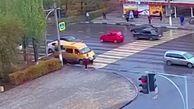 راننده ون با خونسردی از روی یک زن رد شد! + فیلم
