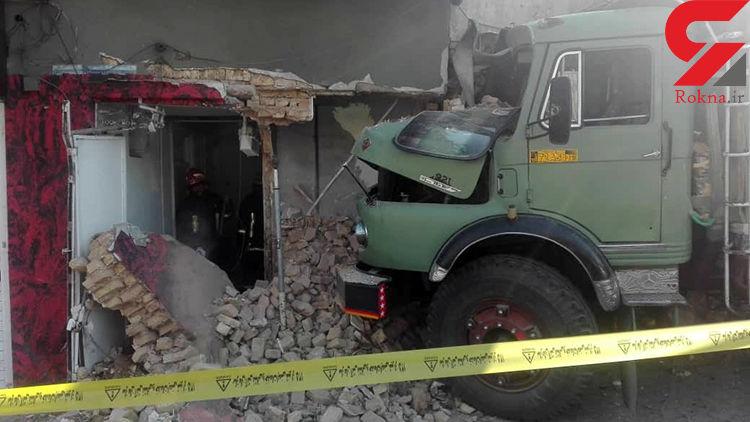 کامیون با سرعت وارد یک خانه و مغازه در شیراز شد + عکس