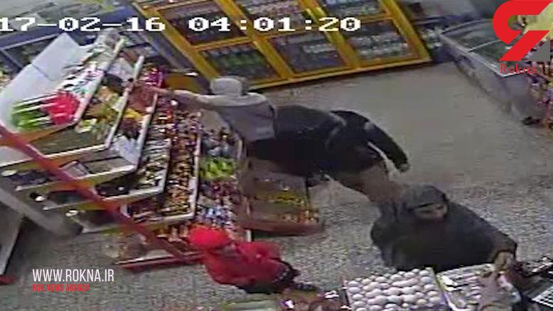 لحظه دزدیده شدن دختر بچه از سوپرمارکتی در کرمان +فیلم و عکس