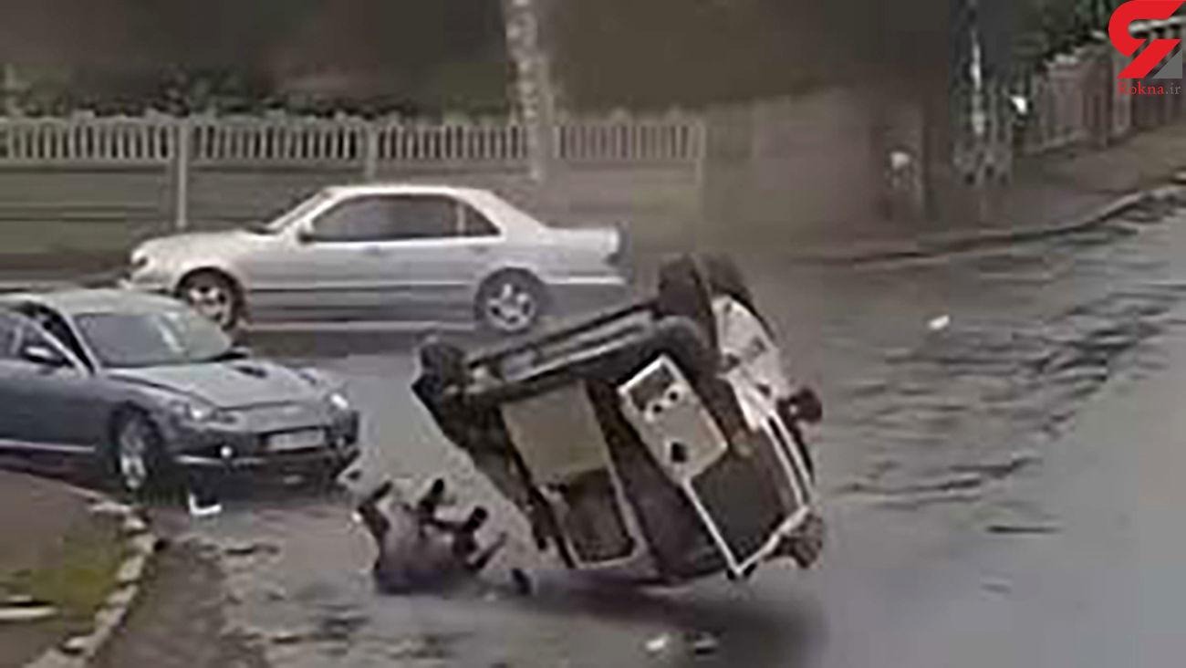 بیرون پرت شدن راننده خودروی شاسی بلند پس از یک تصادف شدید + فیلم