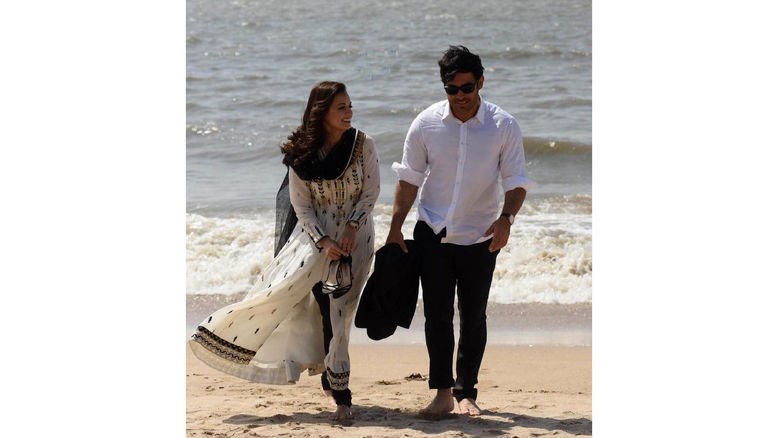پیاده روی ساحلی محمدرضا گلزار با پای برهنه با بازیگر زن معروف +عکس