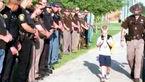 70 پلیس پسر 5 ساله را تا مدرسه اسکورت کردند+ عکس