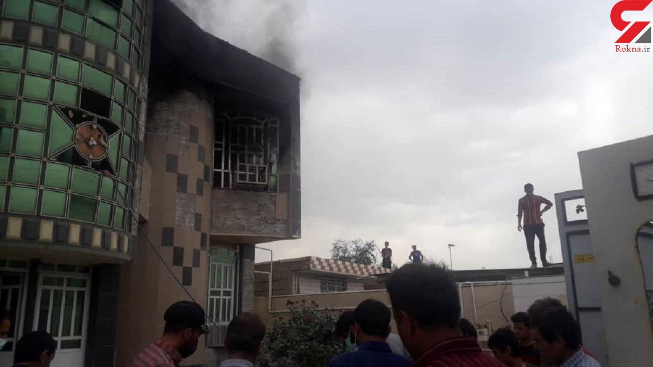 فیلم لحظه سوختن خانه معلم چرام در آتش