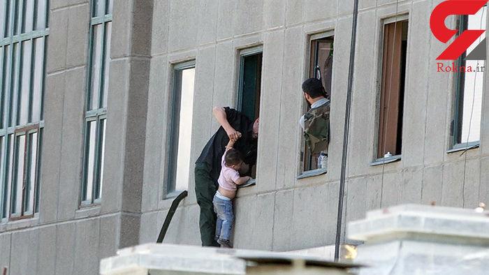 گفتگو با پدر کودک مشهور روز حمله داعشی ها به مجلس ایران / وعده هایی که عملی نشد + عکس