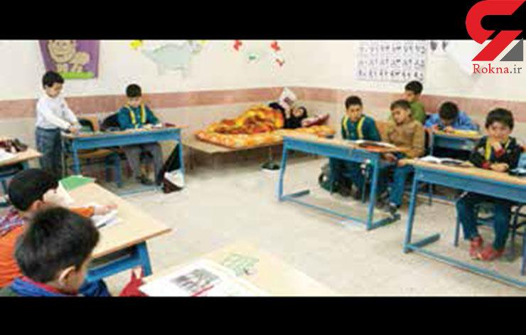 مامان مهناز مهربان ترین معلم نیشابور / تخت بیماری این معلم در کلاس درس گذاشته شده است