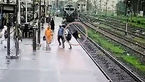 مادر و کودک 3 ثانیه با مرگ دلخراش فاصله داشتند / فیلم نجات از روی ریل + عکس