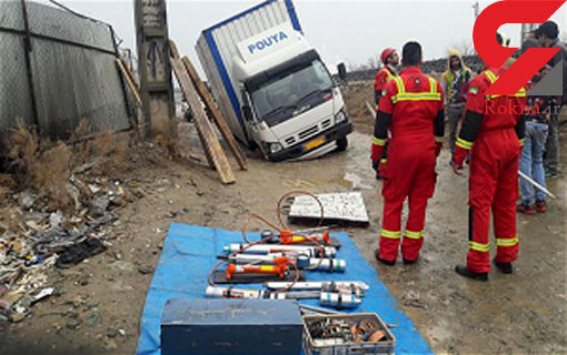 فرونشست زمین در مجاورت بزرگراه آزادگان/ جرثقیل و کامیونت در داخل گودال فرو رفتند +عکس