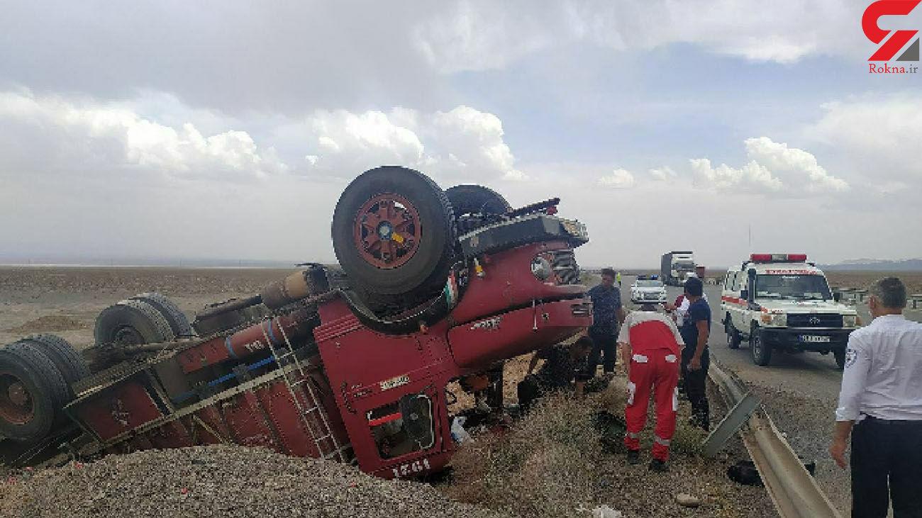 واژگونی هولناک کامیون قرمز در جاده کاشان + عکس
