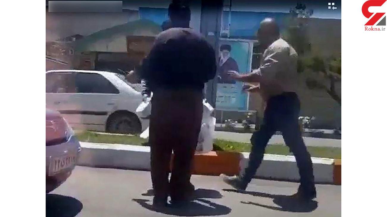 فیلم کتک خوردن یک دستفروش توسط 2 مامور سد معبر در خیابان
