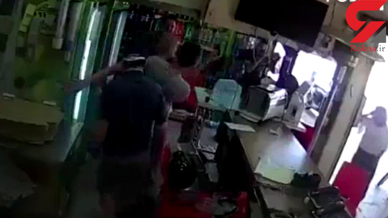 مرد ناراضی مرد پیتزا فروش را کتک زد + فیلم