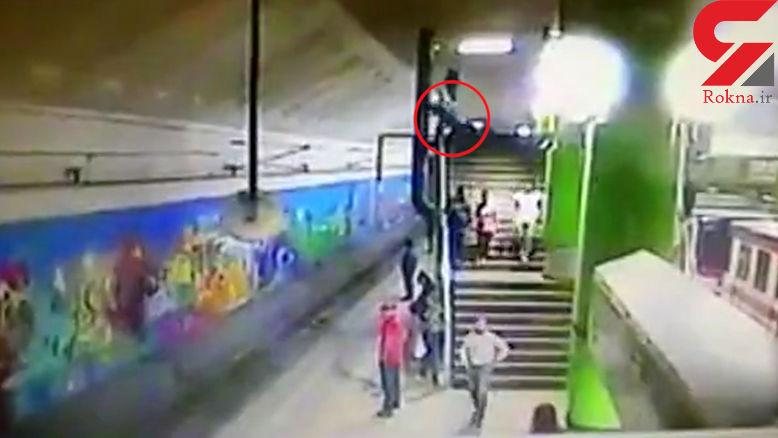 مرگ دلخراش پیرمرد روی پله های مترو + فیلم