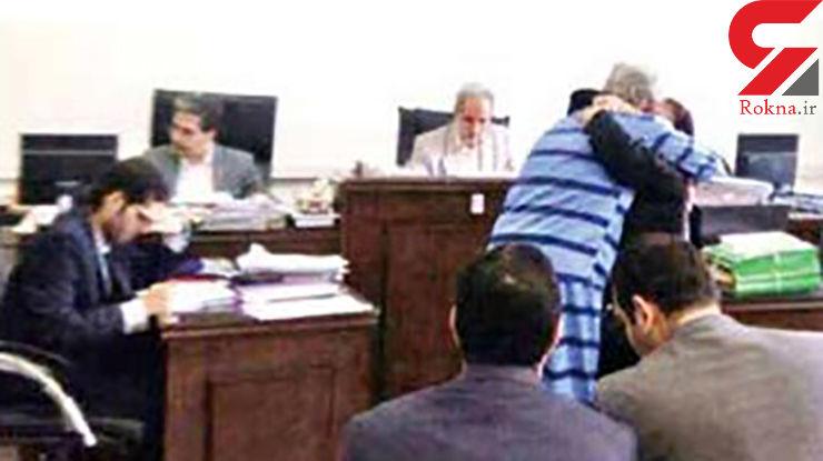 50 بار قسم برای تبرئه از قتل مادر / به آغوش کشیدن برادر توسط خواهران در جلسه دادگاه+عکس