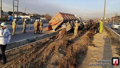 مصدومیت راننده در حادثه واژگونی کامیون تریلی حامل بارگندم + عکس