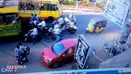 ساندویچ پیچ شدن موتور سیکلتها توسط راننده دیوانه اتوبوس + فیلم