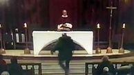 حمله به یک کشیش در مراسم کلیسا هنگام پخش زنده تلویزیونی! + فیلم