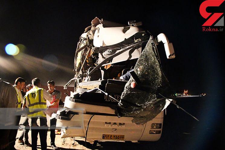 راننده اتوبوس زائران امام رضا(ع) به کامیون کوبید و کشته شد + عکس