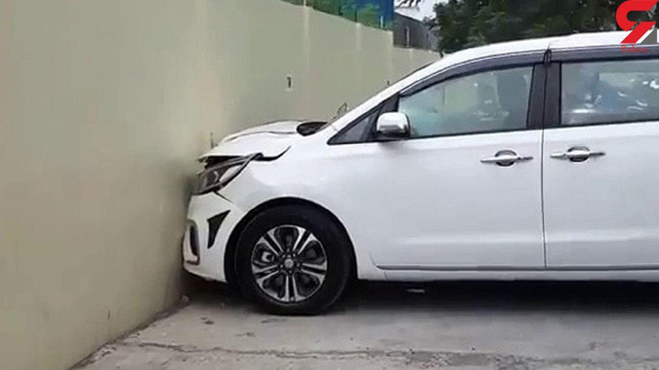 افتضاح خریدار خودرو در نمایشگاه! + فیلم