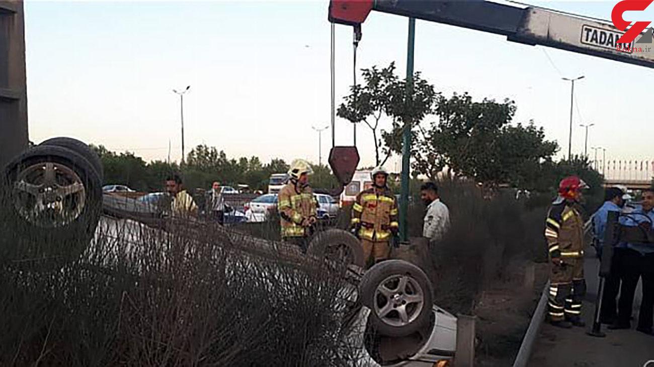 واژگونی خودروی سواری در بزرگراه آزادگان + عکس ها