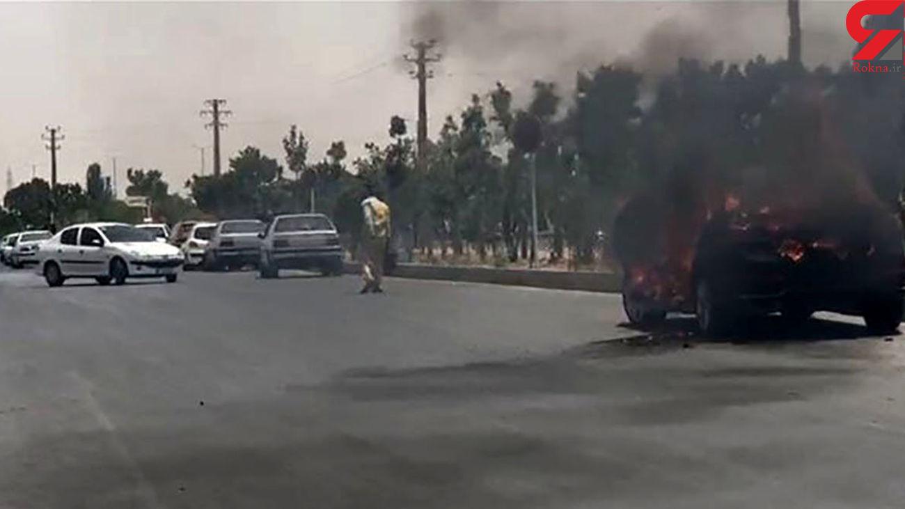 جزئیات آتش زدن خودرو توسط صاحبش جلوی دادگستری اراک / متهم بستری شد
