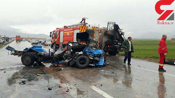 مرگ فجیع راننده بر اثر تصادف شاخ به شاخ نیسان و کامیونت  +عکس
