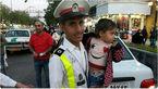 سرباز وظیفه فرشته نجات کودک سرگردان در شیراز شد +عکس کودک در آغوش پلیس