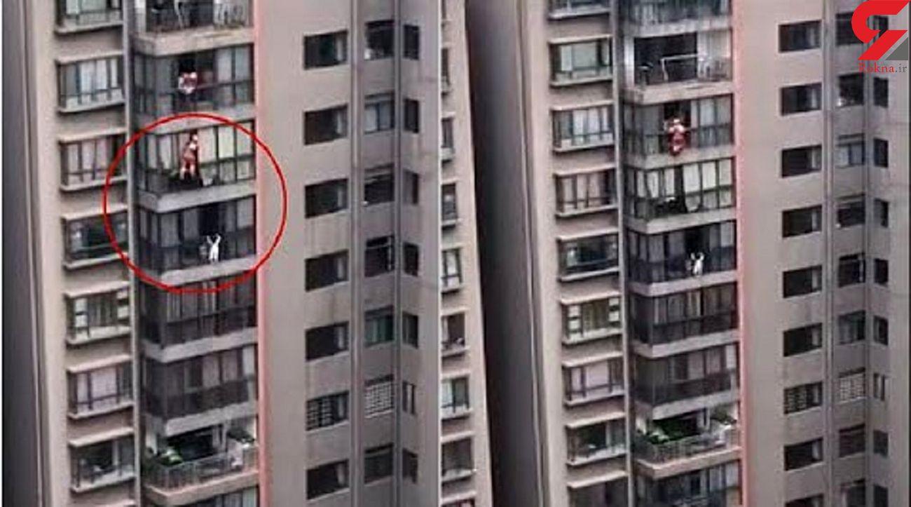 لحظه نفسگیر آویزان شدن یک دختر 5 ساله از پنجره طبقه ۱۳ برج! + فیلم
