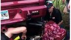 گیر کردن سر دختر جوان به خاطر فضولی در اگزوز خودروی آنتیک +عکس