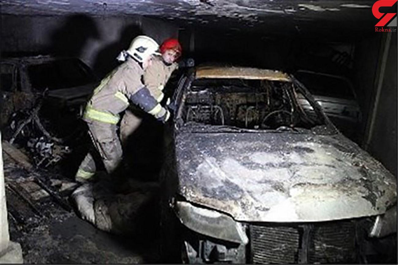 آتش سوزی هولناک در پارکینگ خودرو در اصفهان / خودروها جزغاله شدند + عکس