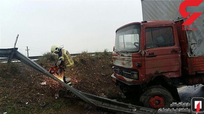 سقوط کامیونت از ارتفاع 2 متری در جاده ورامین + عکس