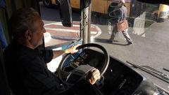 این راننده اتوبوس تهرانی مسافرانی که نام یاران امام حسین (ع) را دارند کرایه نمی گیرد + عکس