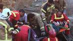 عملیات به موقع آتش نشانان برای نجات 2 سرنشین خودروی واژگون شده + عکس